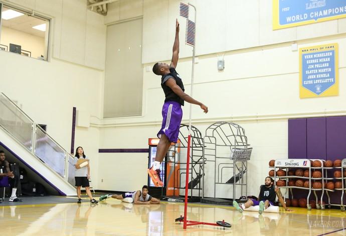 Georginho é observado por olheiros do Los Angeles Lakers (Foto: Ty Nowell/Lakers.com)