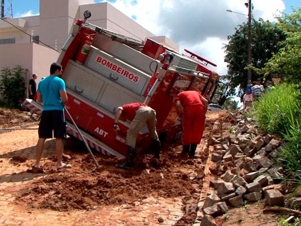 Carro do Corpo de Bombeiros atolou a caminho da casa de ex-prefeita (Foto: Reprodução/TV Santa Cruz)