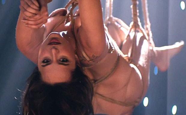 """Dakota Johnson é submetida ao bondage em clipe de trilha sonora de """"Cinquenta Tons de Cinza"""" (Foto: Reprodução)"""