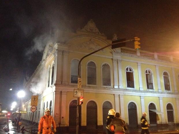Fogo é contido no Mercado Público de Porto Alegre (Foto: Felipe Truda/ G1)