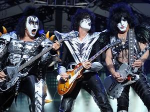 Obaixista Gene Simmons ao lado do guitarrista Tommy Thayer e do vocalista Paul Stanley, durante show do Kiss em 13 de junho de 2013, em Berlim  (Foto: AP Photo/dpa,Britta Pedersen, File)