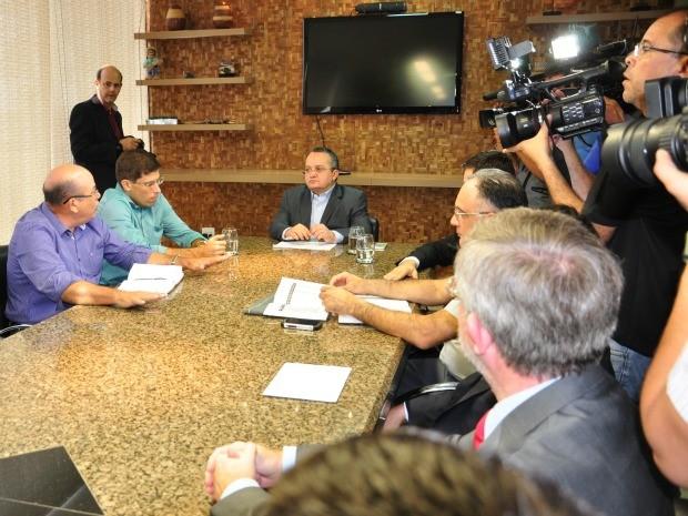 Reunião com o governador Pedro Taques (PSDB) tratou de planejamento da operação para retirada de garimpeiros da Serra da Borda. (Foto: Renê Dióz / G1)