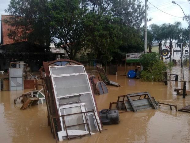 Sete famílias ficaram desalojadas após as chuvas em Capivari (Foto: Edijan Del Santo/EPTV)