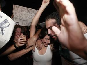 Libertação de ativistas, entre eles Elisa de Quadros, a Sininho, do Complexo Penitenciário de Gericinó (Foto: Domingos Peixoto / Agência o Globo)