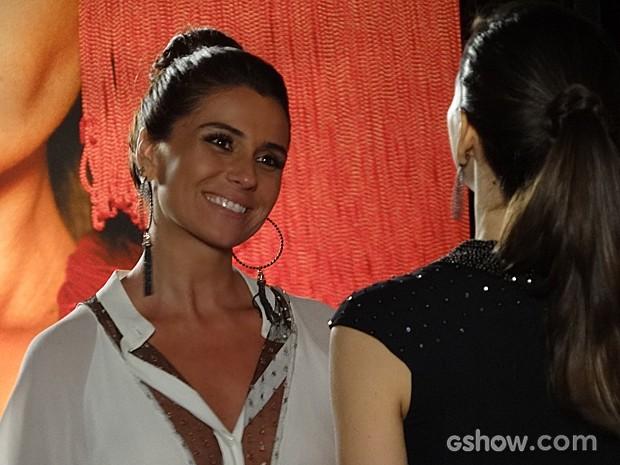 Clara fica feliz da vida com a festa (Foto: Em Família / TV Globo)