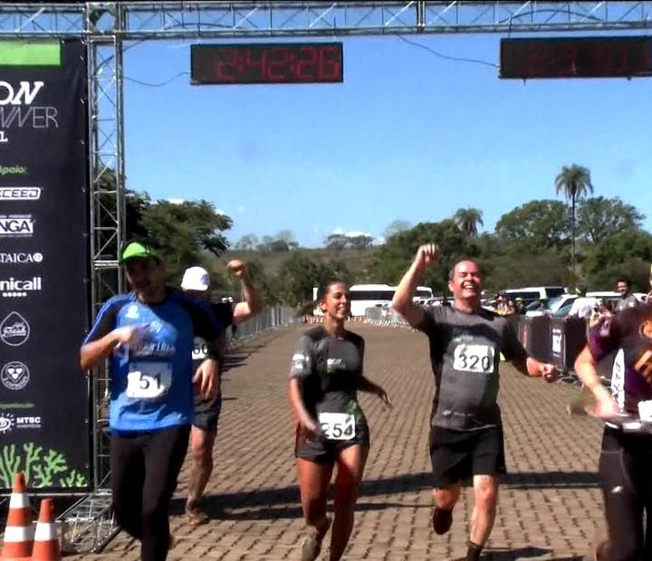 Carol Barcelos e Clayton Conservani participam de corrida de 21km em Inhotim
