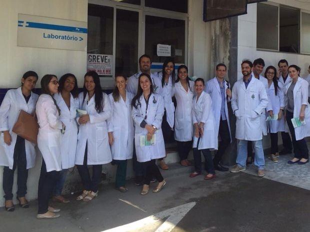 Residents se reuniram na porta do Hospital Universitário (Foto: Janicelma/HU)