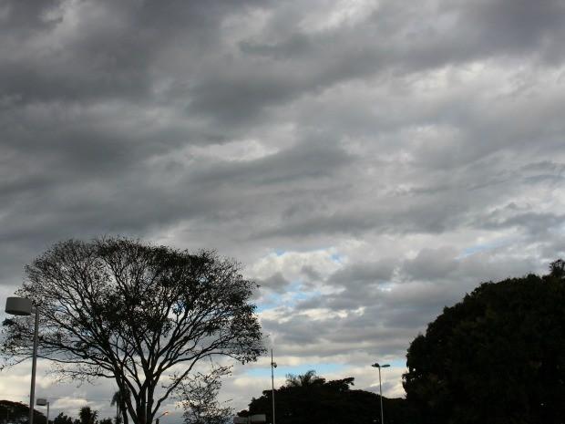 Céu em Campo Grande na tarde desta terça-feira (9) (Foto: Isabela Cavalcante/G1 MS)