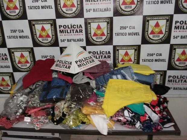 Roupas, celulares e cheques foram apreendidos pela PM em Ituiutaba (Foto: Polícia Militar/Divulgação)