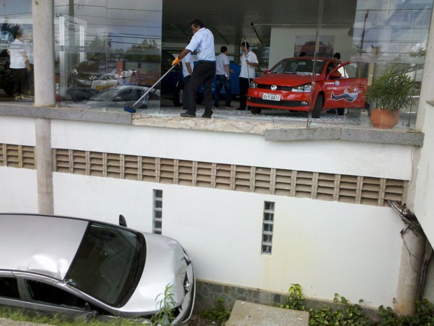 Carro da concessionária vizinha ficou completamente danificado após cair do pátio (Foto: Lucas Antonio/Divulgação)