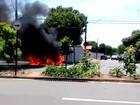 Incêndio destrói carro estacionado em avenida de Limeira; não houve feridos