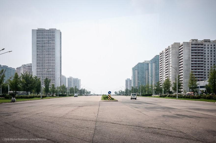 As ruas e avenidas são largas, mas quase não há carros nas vias (Foto: Michal Huniewicz)