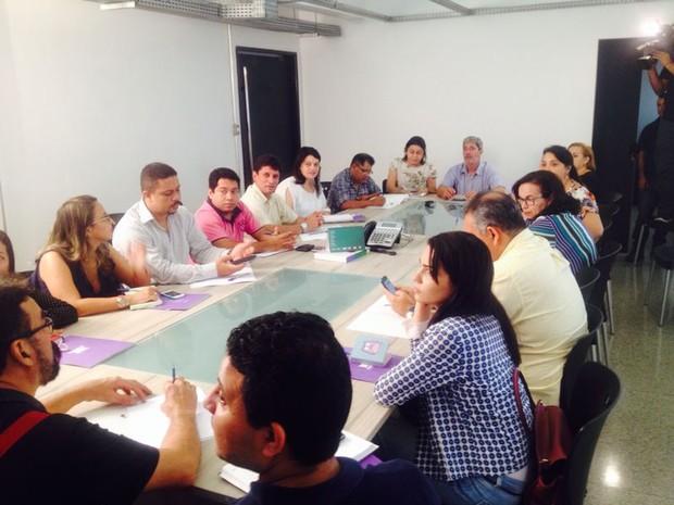 Representantes de partidos políticos em reunião com a direção de jornalismo da TV Mirante (Foto: Zeca Soares/G1)