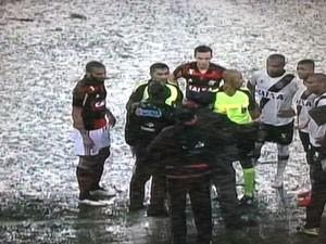 Gramado do Maracanã ficou coberto pela água (Foto: Reprodução / TV Globo)