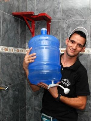 Jovem cria chuveiro adaptado para driblar banhos de caneca em Itu (Foto: Arquivo Pessoal/Nivaldo Diniz)