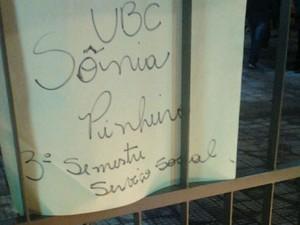 Cartaz em homenagem a Sônia Pinheiro, aluna da UBC,  estava em ato na UMC (Foto: Robson Shimizu/TV Diário)