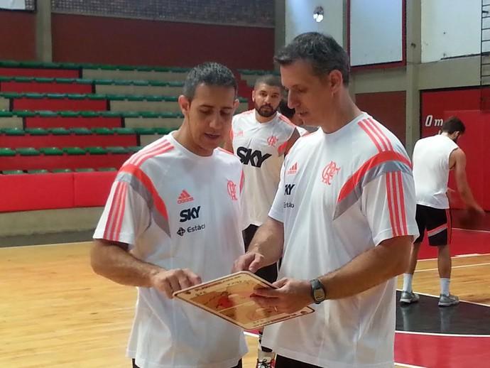 José Neto conversa com o assistente técnico Rodrigo Carlos da Silva (Foto: Marcello Pires)