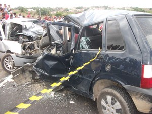 Veículos colidiram frontalmente na BR-101 na altura do município de Bom Jesus, no RN (Foto: Divulgação/Polícia Militar)