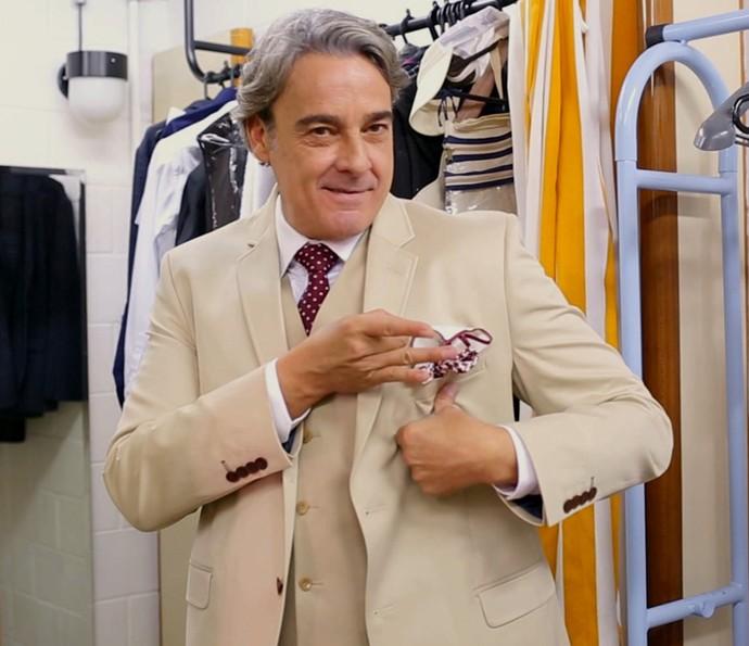 Alexandre Borges se diverte com o figurino de Aparício Varela (Foto: Gshow)