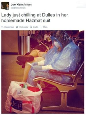 Passageira improvisa traje 'anti-ebola' em aeroporto dos EUA (Foto: Reprodução/Twitter/Joe Henchman)
