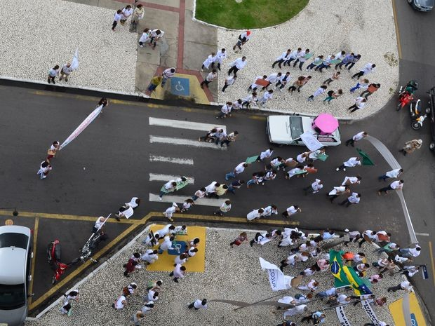 Protesto passou pela Assembleia Legislativa de Sergipe (Foto: Marina Fontenele/G1)