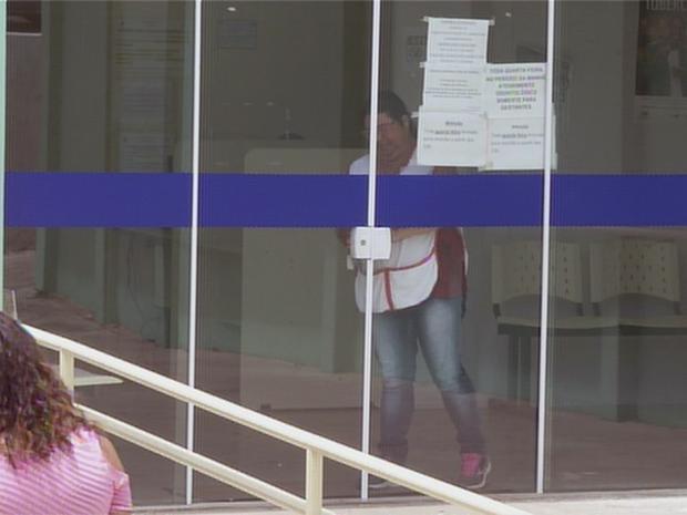 Funcionária fecha porta de UBS para horário de almoço (Foto: Reprodução/TV TEM)