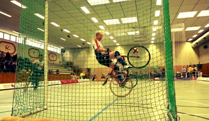 Jogador fazendo uma defesa com sua bike no Radball (Foto: Reprodução TV Globo)