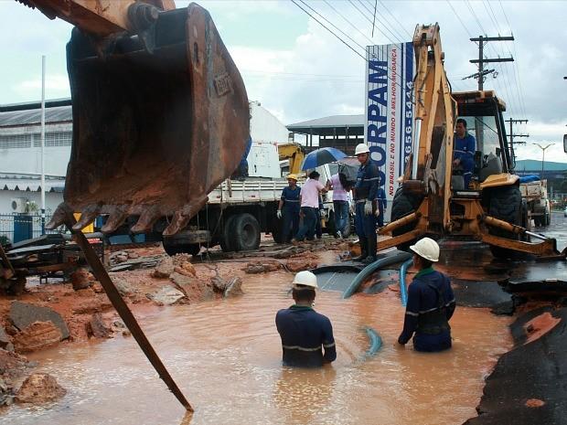 Homens trabalham em adutora que rompeu em avenida (Foto: Marina Souza/G1 AM)