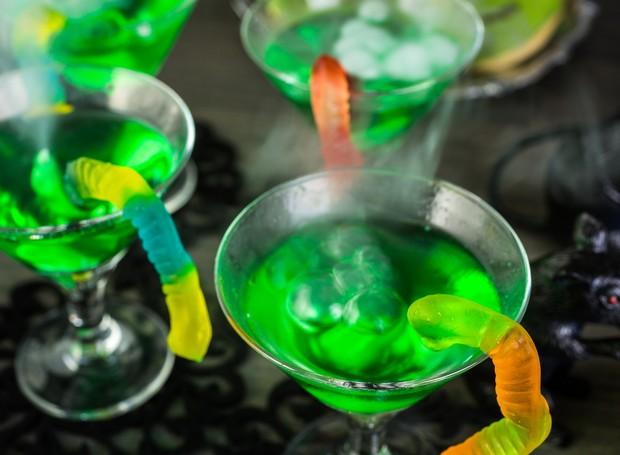 Coloque minhoquinhas de bala de gelatina na beirada do copo de suco ou refrigerante para deixar a apresentação das bebidas assustadora. Incrível, não?  (Foto: Thinkstock)
