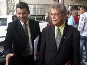 Advogado do goleiro Bruno, Francisco Simim, na porta na Federação Mineira de Futebol, em Belo Horizonte (Foto: Diogo Finelli/Globoesporte.com)