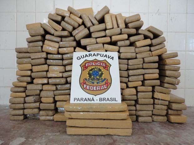 Droga estava escondida em porta-malas de carro.  (Foto: Divulgação/Polícia Federal)