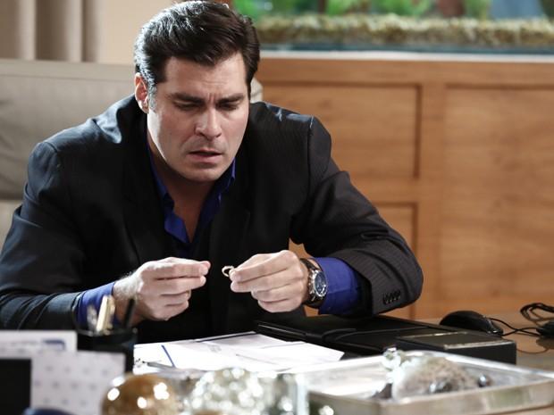 Marcos encontra anel de Laura (Foto: Gshow)