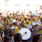 Foliões se divertem em desfile do bloco (Marina Fontenele/G1)