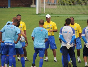 Sérgio Soares orienta atletas do Avaí (Foto: Savio Hermano)