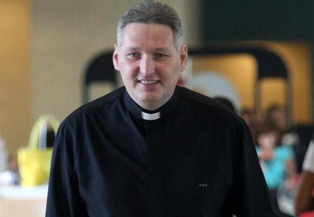 Padre Marcelo  Rossi, mais cheinho, em foto de maio de 2012 (Foto: Photo Rio News)