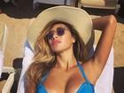 De biquíni, Nicole Scherzinger exibe boa forma em praia