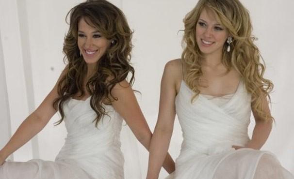 As irmãs Haylie e Hilary Duff estão juntas na trilha sonora de 'Lizzie Mcguire' (Foto: Divulgação / Reprodução)
