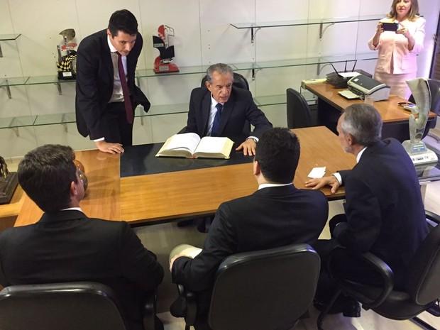 Após posse, Iris Rezende seguiu para seu gabinete no Paço Municipal, em Goiânia. (Foto: Vitor Santana/G1)