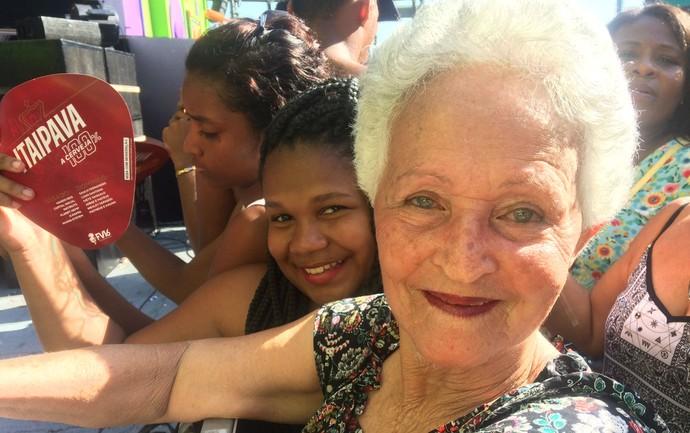 Maria Joana, de 76 anos, apertada entre adolescentes (Foto: Henrique Mendes / Gshow)