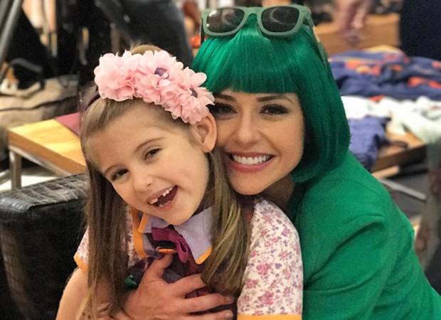Priscila Sol e Lorena Queiroz caracterizadas como Tia Perucas e Dulce Maria, personagens de destaque em 'Carinha de Anjo' (Foto: Reprodução/Instagram)