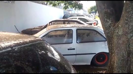 Veículos apreendidos são removidos da Delegacia de Umuarama
