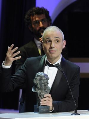 Cineasta espanhol Pablo Berger discursa ao receber o prêmio de melhor filme no Goya por 'Blancanieves' (Foto: Eduardo Dieguez/AFP)
