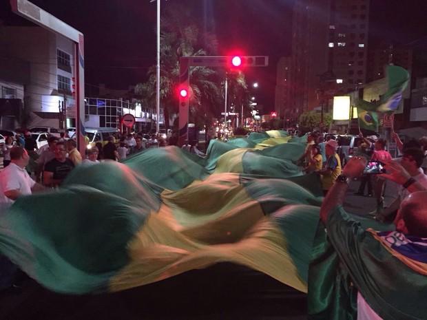 Manifestantes abriram bandeirão em Rio Preto (Foto: Fernando Daguano/TV TEM)