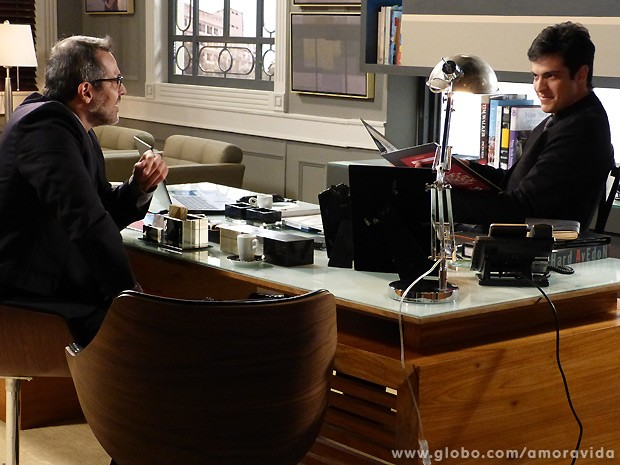 Esperto, Félix fecha negócio com um fornecedor e se dá bem na negociação (Foto: Amor à Vida / TV Globo)