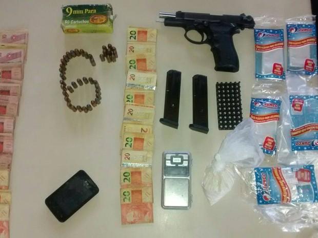 Dinheiro e material de endolação de drogas foram apreendidos (Foto: PM / Divulgação)
