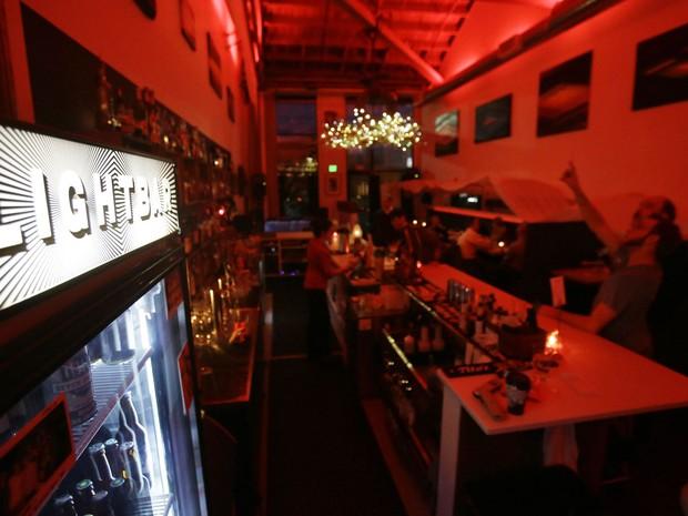 Bar em Seattle tem iluminação especial para evitar transtorno depressivo nos clientes (Foto: Don Ryan/AP)