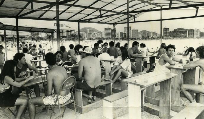 Banhistas tomando cerveja em 1988, na Curva da Jurema (Foto: Chico Guedes)