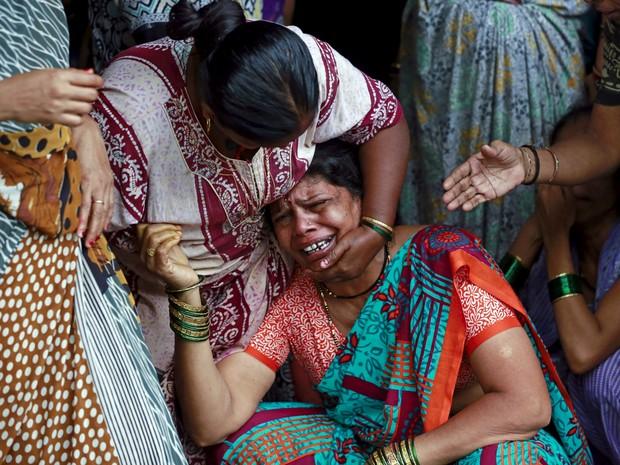 Mulher chora a morte de Lata Jadhav, de 35 anos, intoxicada por bebida alcoólica em Mumbai, Índia (Foto: Reuters/Danish Siddiqui )