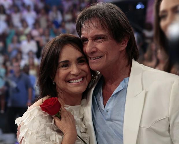 Regina Duarte foi quem passou o Troféu Mario Lago a Roberto (Foto: Domingão do Faustão / TV Globo)