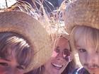 Danielle Winits vai a festa junina com os filhos: 'Formação de quadrilha'